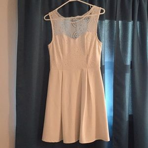 •Gently Worn White Francesca's Dress. Size:Medium.